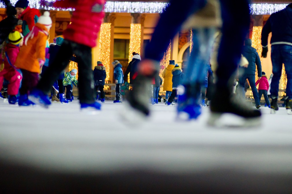 busy shoppers skaters
